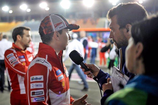 Jorge Lorenzo atiende a los medios en el GP Catar