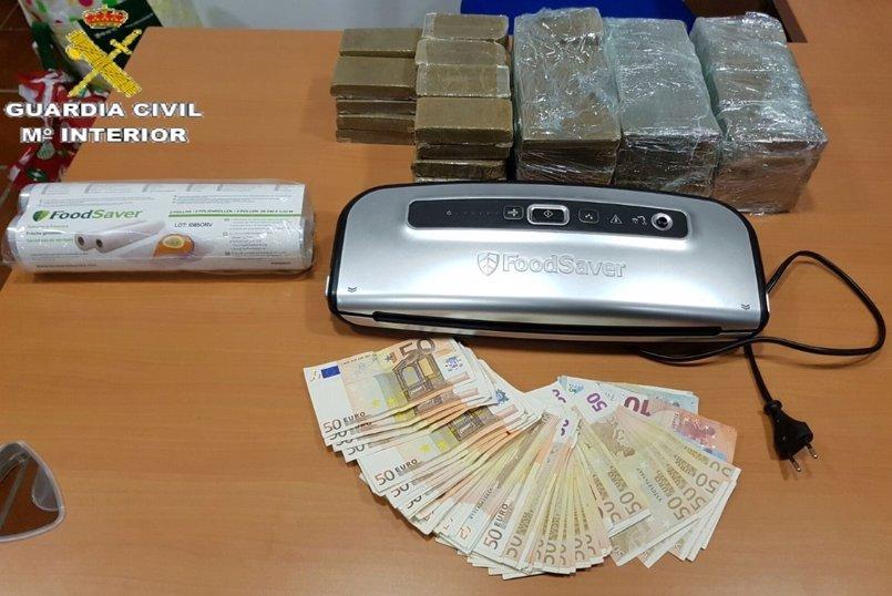 Detenido un hombre en San Roque (Cádiz) con 88 pastillas de polen de hachís y más de 4.000 euros