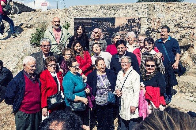 Gerardo Pisarello y Mercedes Vidal  junto a los vecinos y la placa conmemorativa