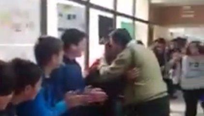Cientos de alumnos y compañeros ovacionan a un profesor que se jubila en el IES Son Servera
