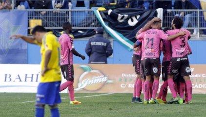 El Tenerife gana al Cádiz en el duelo directo por el 'play-off'