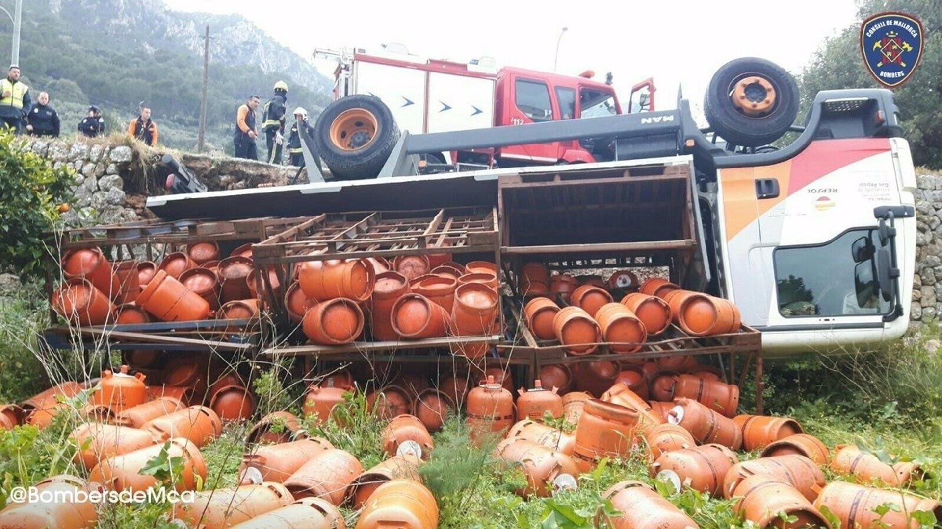 Vuelca en Sóller un camión cargado de bombonas de butano, sin dejar heridos