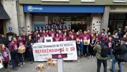 Los anticapitalistas de Arran irrumpen en la sede del PP de Barcelona exigiendo el referéndum