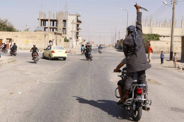 Un hombre blande un cuchillo en las calles de Tabqa