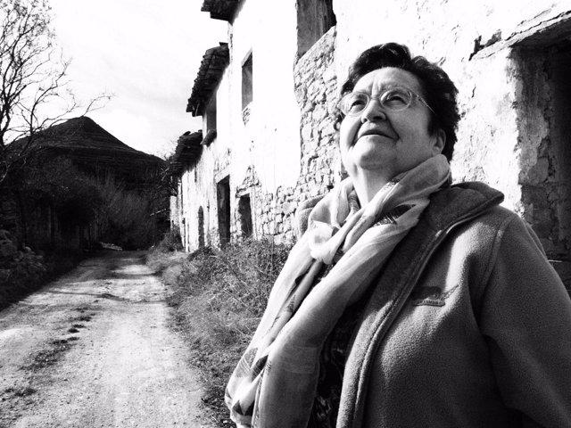 Lucía, en la aldea deshabitada de les Alberedes. Del libro 'Los últimos'