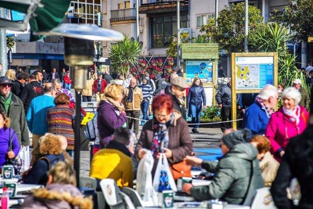 Turistas visitantes mayores Torremolinos plaza afluencia viajeros turismo