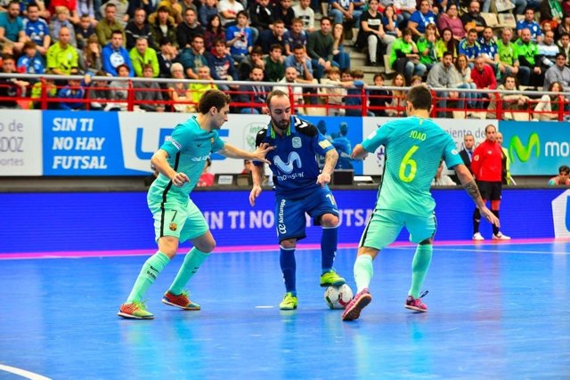 Ricardinho, del Movistar Inter, entre dos rivales del FC Barcelona Lassa