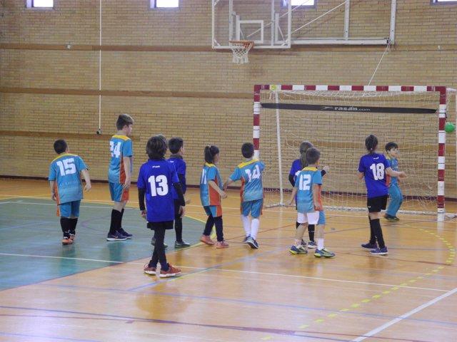 Cerca de 300 niños han participado en el Encuentro de Balonmano a Cinco.