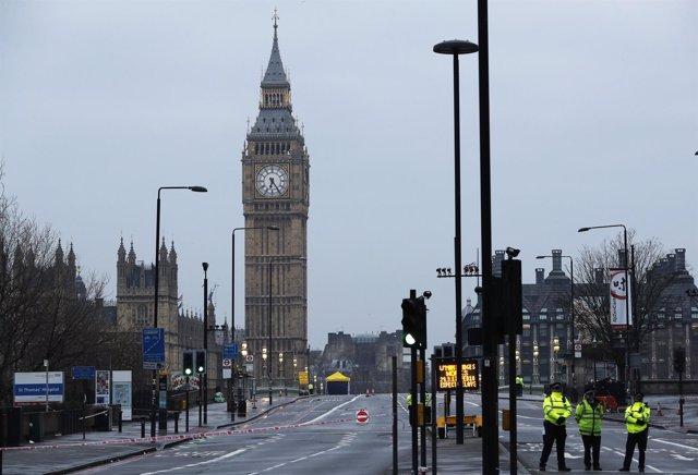 Policías en el puente de Westminster con el Big Ben al fondo