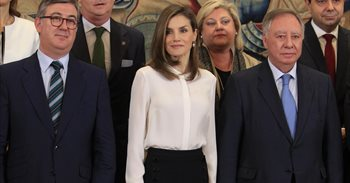La Reina Letizia rescata sus 'olvidados' pantalones campana