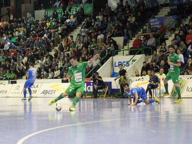 Dani Saldise ejecuta un disparo en el partido ante el Palma Futsal