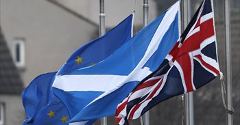 El Parlamento escocés respalda a Sturgeon en su plan de celebrar un...