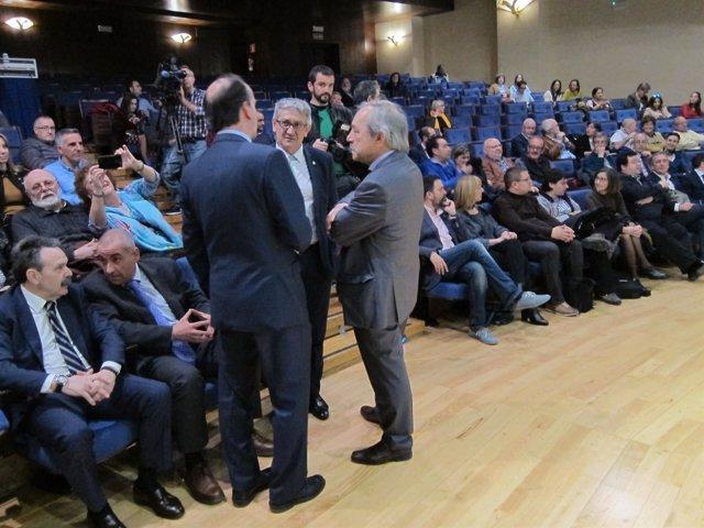 López (derecha) conversa con el rector y el presidente de la Cámara de Comercio.