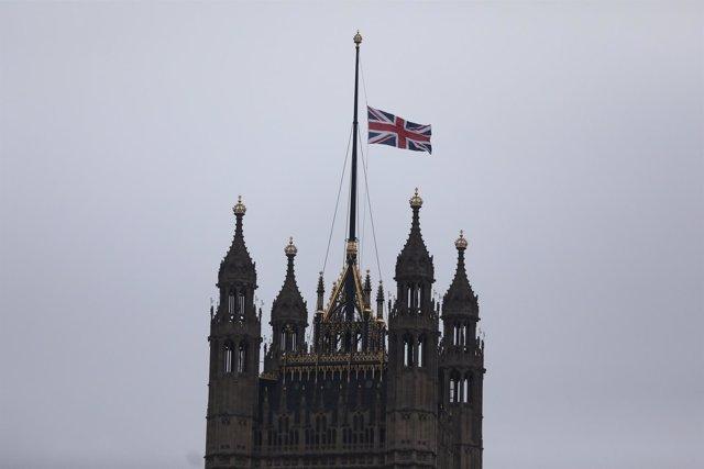 Bandera británica a media asta sobre el Parlamento británico