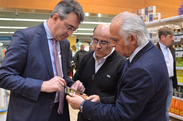 Martínez Majo y el diputado Miguel Ángel Fernández, con uno de los productores.