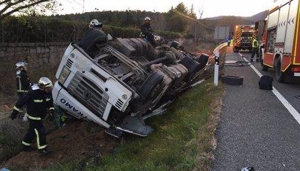Herido leve el conductor de un camión cargado de ladrillos que ha volcado en la N-VI