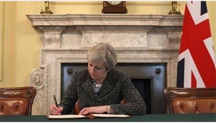 May firma la carta para notificar a la UE el inicio del 'Brexit'