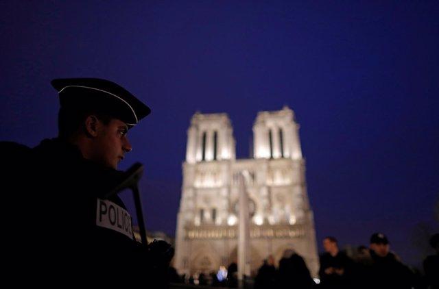 Un policía francés ante la catedral de Notre Dame