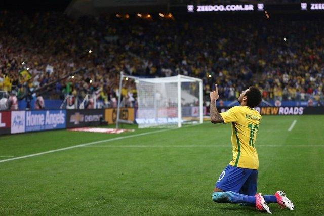 Neymar celebra