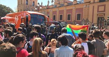 Intervención policial en Sevilla tras pedradas, huevazos y pintadas en el...