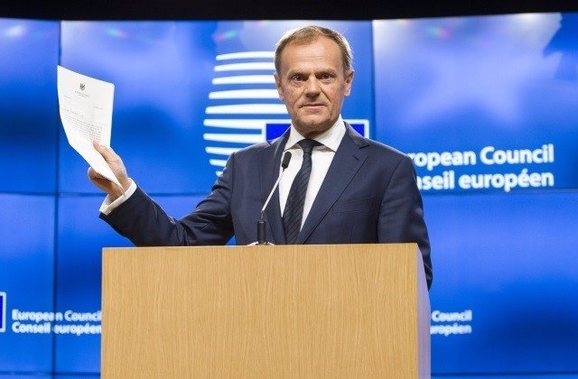 Donald Tusk con la carta de salida de Reino Unido de la UE