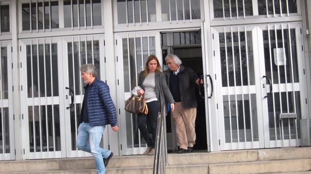 Rafael Gómez a la salida de los juzgados con sus hijos