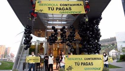 Mil globos negros para protestar ante las eléctricas contra la contaminación y el precio de la energía