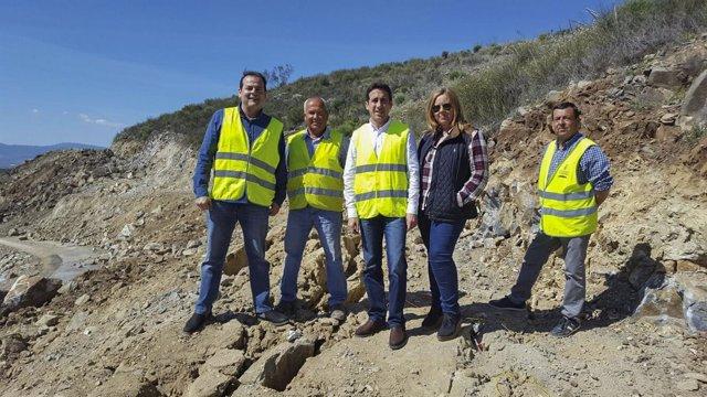 El diputado Óscar Liria visitando las obras en la carretera a El Chive.