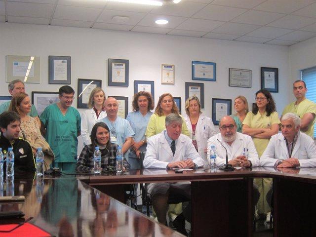 La mexicana Itzel Cruz con los médicos del CHUS