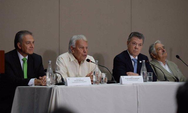 Felipe González, José Mujica y Juan Manuel Santos