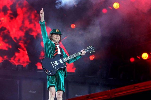 AC / DC. Gitarrist Angus McKinnon Young ( AC/DC ) während eines Konzertes im Rah