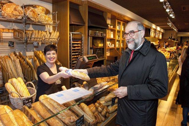 Domínguez Compra Una Barra De Pan Con El Envoltorio Impreso.