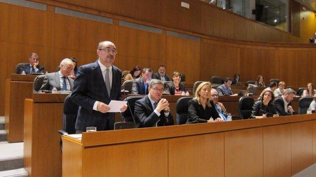 El presidente del Gobierno de Aragón, Javier Lambán, en el pleno de las Cortes.