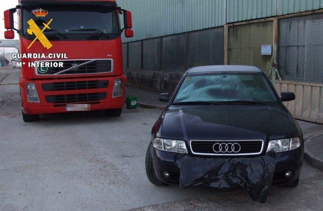 El vehículo utilizado para el robo y el camión del que sustrajeron artículos