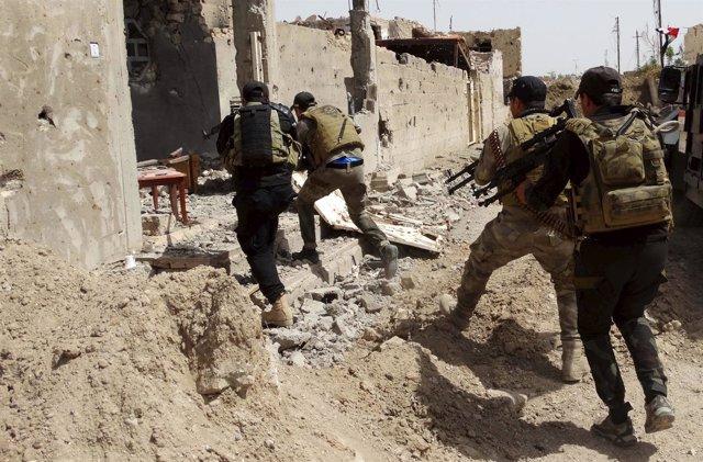 Soldados iraquíes patrullan contra el Estado Islámico en Ramadi (Irak)
