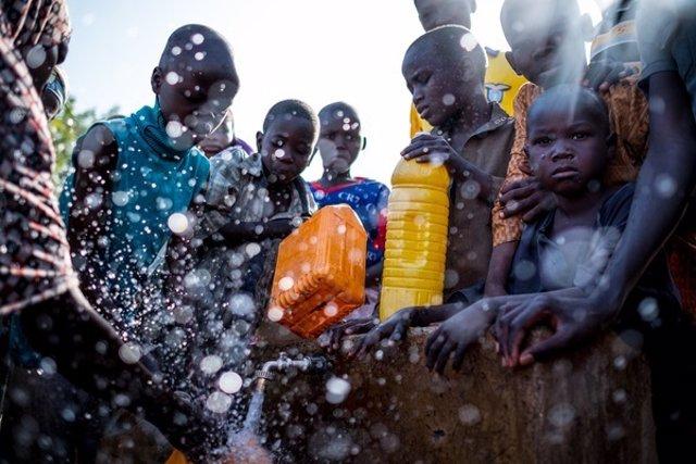 Desplazados internos recogen agua en Maiduguri (Nigeria)