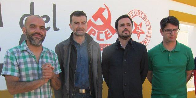 Garzón (2º dcha.) junto a Maíllo y otros dirigentes de IU y el PCA