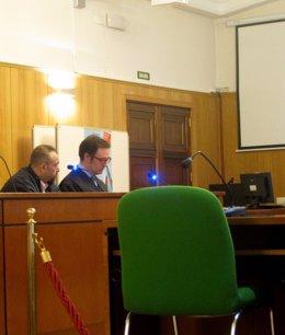 El acusado, junto a su abogado defensor.