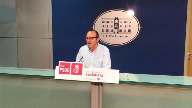 Andreu Alcover en una rueda de prensa en el Parlament