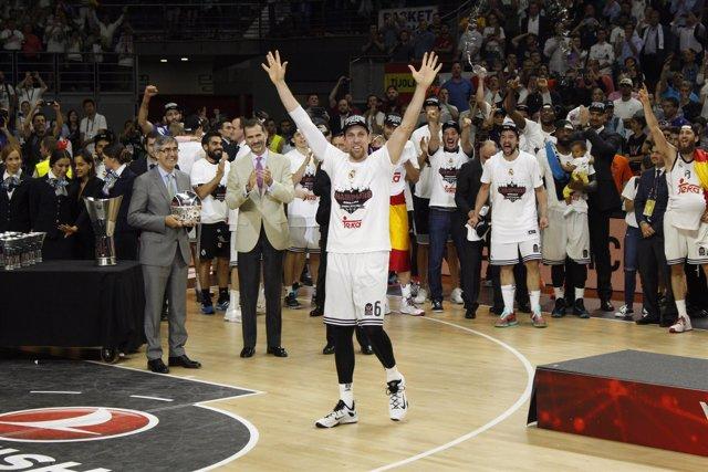 Nocioni celebrando el MVP de la final de la Euroliga