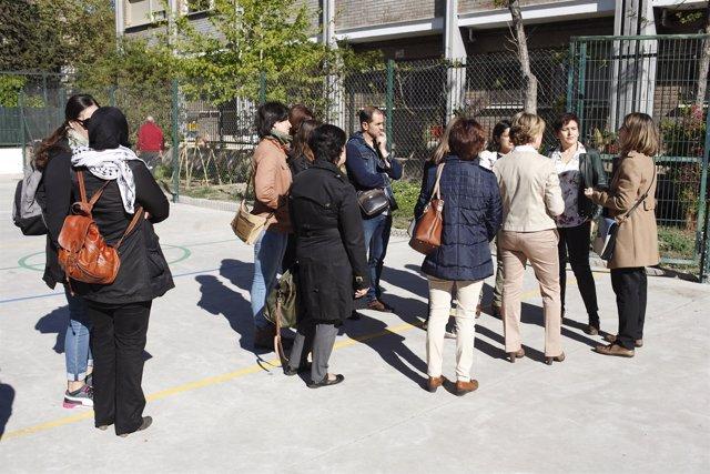 Padres visitando un colegio público en Aragón en la jornada de puertas abiertas