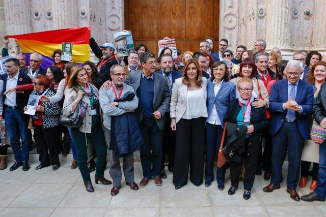 Foto de familia tras la aprobación de la Ley de Memoria en el Parlamento andaluz