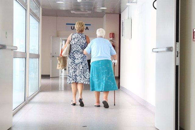 Mujeres mayores caminando