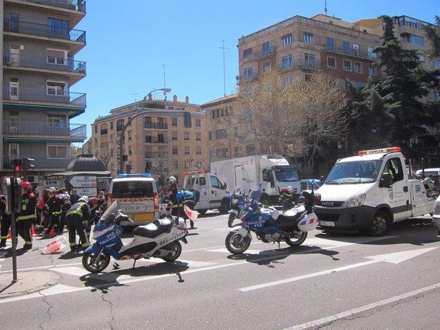 Efectivos actuando delante de la furgoneta de la Policía Local, que previamente