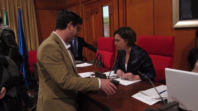 Pedro García con Isabel Ambrosio en el Pleno