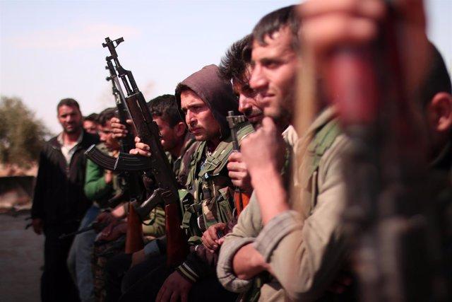 Milicianos de las FDS con sus armas al norte de Raqqa