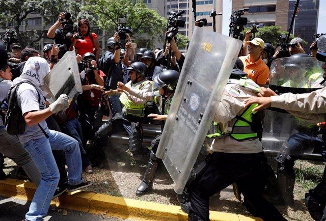 Enfrentamientos entre manifestantes y policías en Caracas