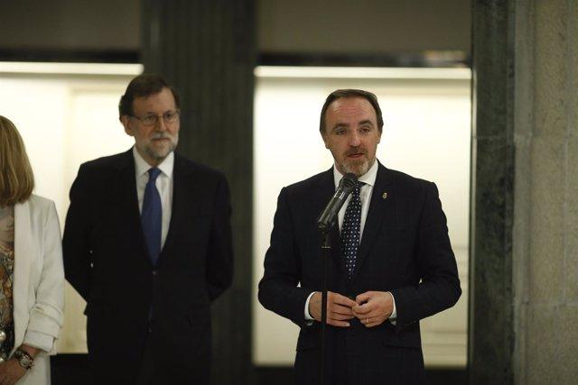 Rajoy firma en el Congreso un acuerdo con Javier Esparza sobre Presupuestos