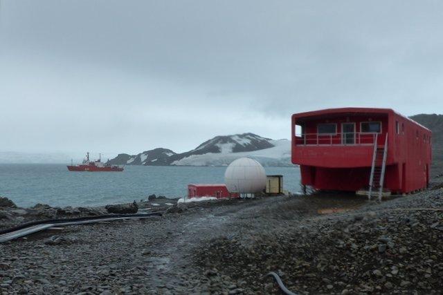 Base Juan Carlos I y buque oceanográfico Hespérides al fondo