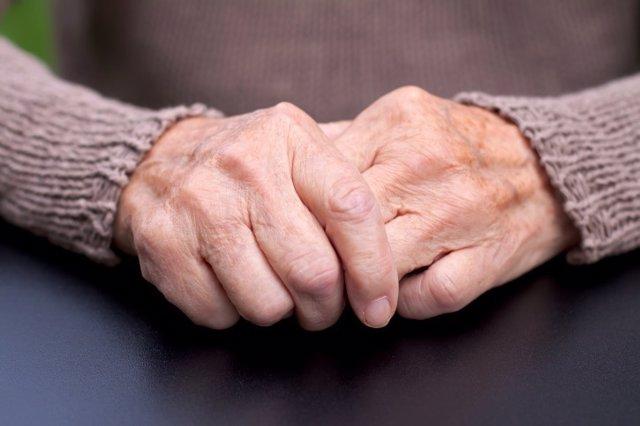 Parkinson, manos, anciano, mayor, temblores.